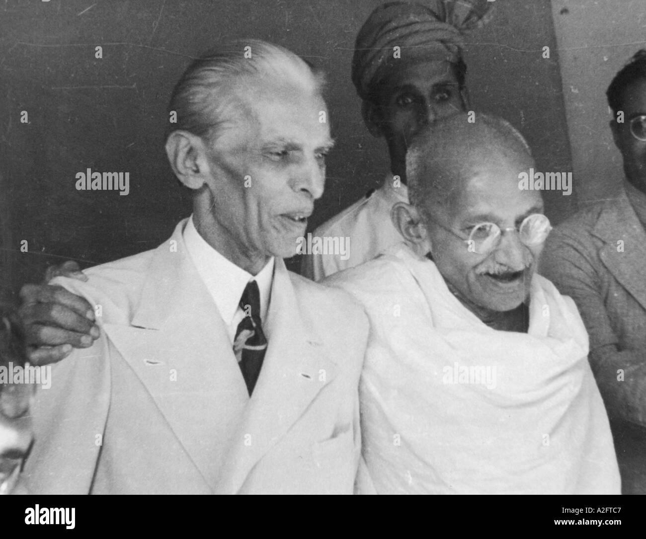 Mkg 33182 - Il Mahatma Gandhi parlando con bracci intorno Muhammed Ali Jinnah in tuta tie standing Mumbai Bombay in India - 9 settembre 1944 Immagini Stock