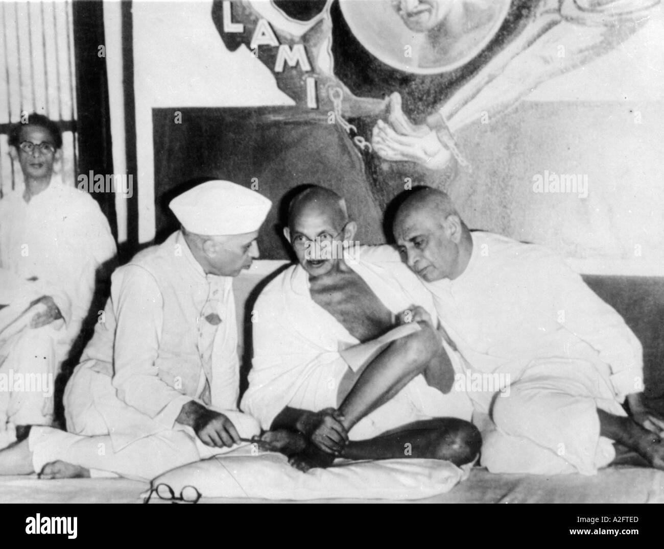 MKG33120 Mahatma Gandhi discutendo con Jawaharlal Nehru e Sardar Vallabhbhai Patel Immagini Stock