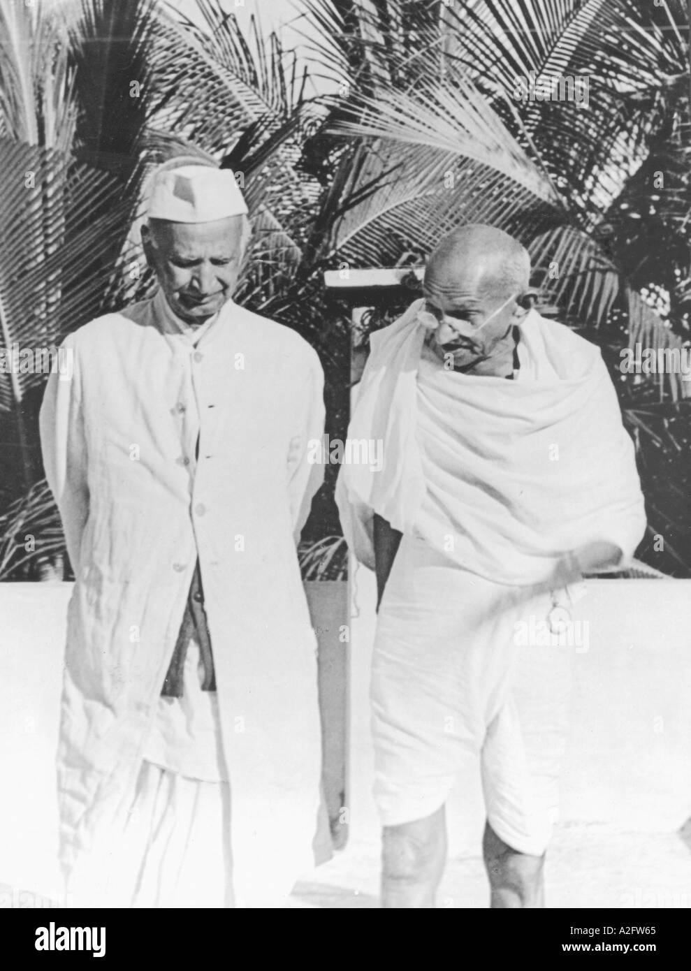 MKG33141 il Mahatma Gandhi con il leader Harijan Thakkar Bapa a Chennai Madras Tamilnadu India Gennaio 1946 Immagini Stock