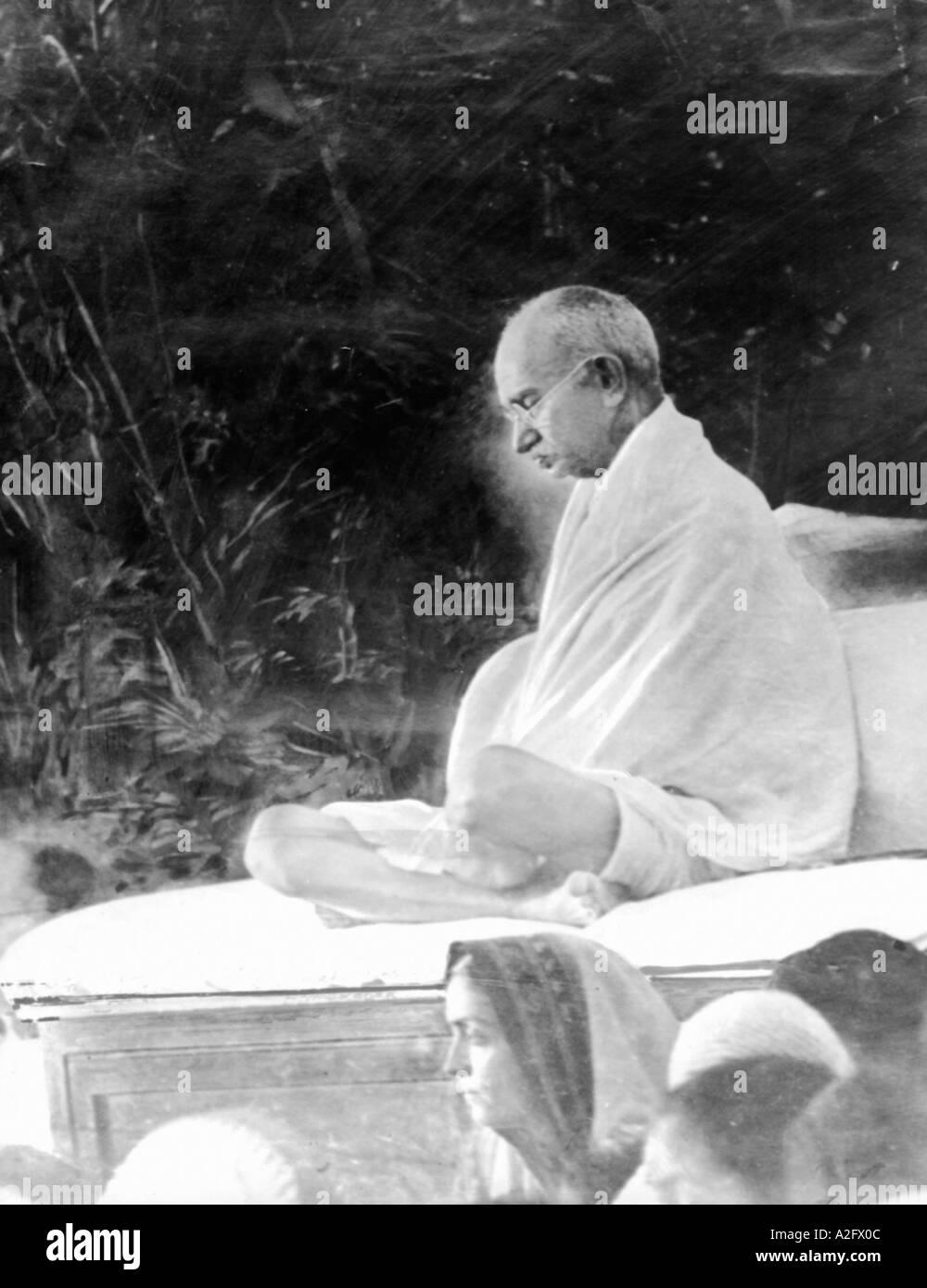 MKG33091 il Mahatma Gandhi durante l incontro di preghiera Gandhigram spiaggia Juhu di Mumbai Bombay Maharashtra India Maggio 1944 Immagini Stock