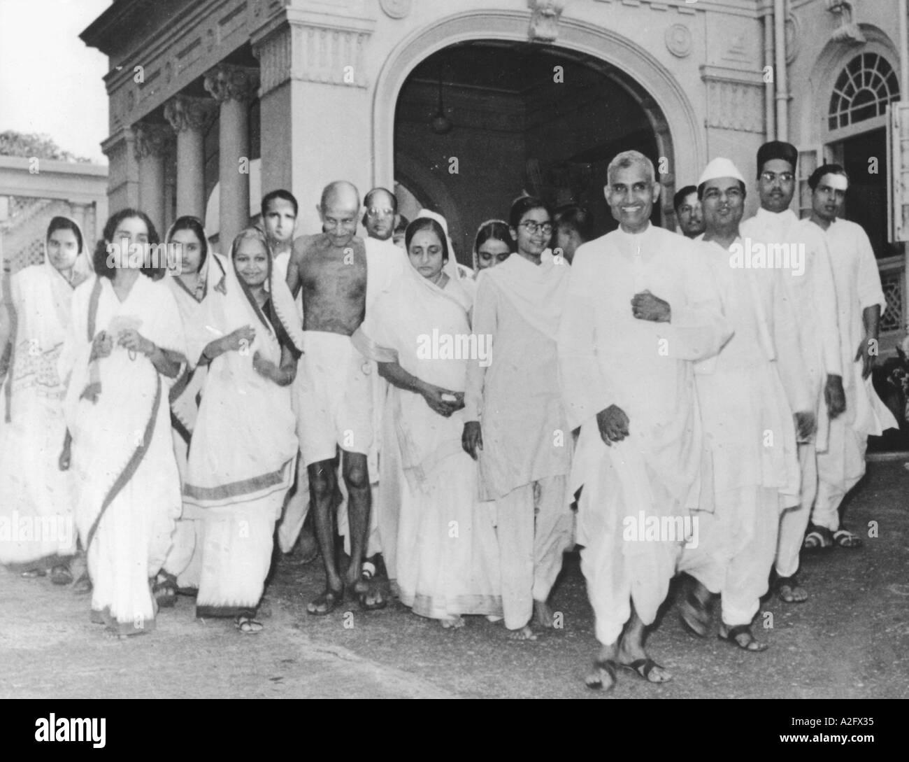 Il Mahatma Gandhi e gli altri a casa Rungta Mumbai Bombay Maharashtra India intorno al settembre 1944 Immagini Stock