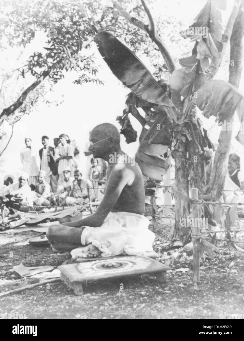 MKG33108 il Mahatma Gandhi a una funzione cerimoniale a Sevagram Ashram Wardha Maharashta India Agosto 1944 Immagini Stock