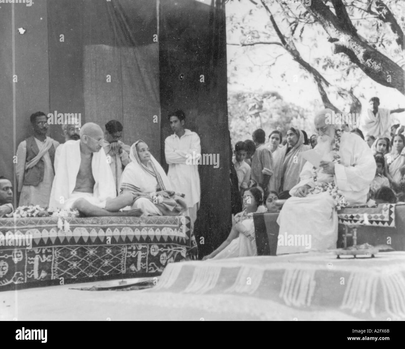 Rabindranath Tagore fornendo un indirizzo di benvenuto al Mahatma Gandhi Amra Kunj Shanti Niketan West Bengal India 1940 Immagini Stock