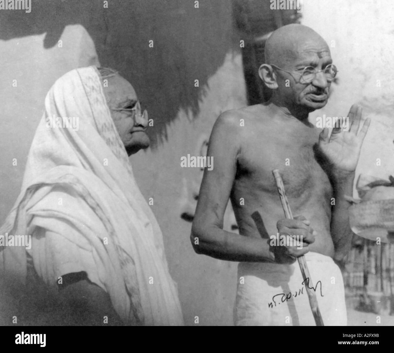 Il Mahatma Gandhi con la moglie Kasturba Gandhi a Sevagram ashram in India Gennaio 1942 Immagini Stock