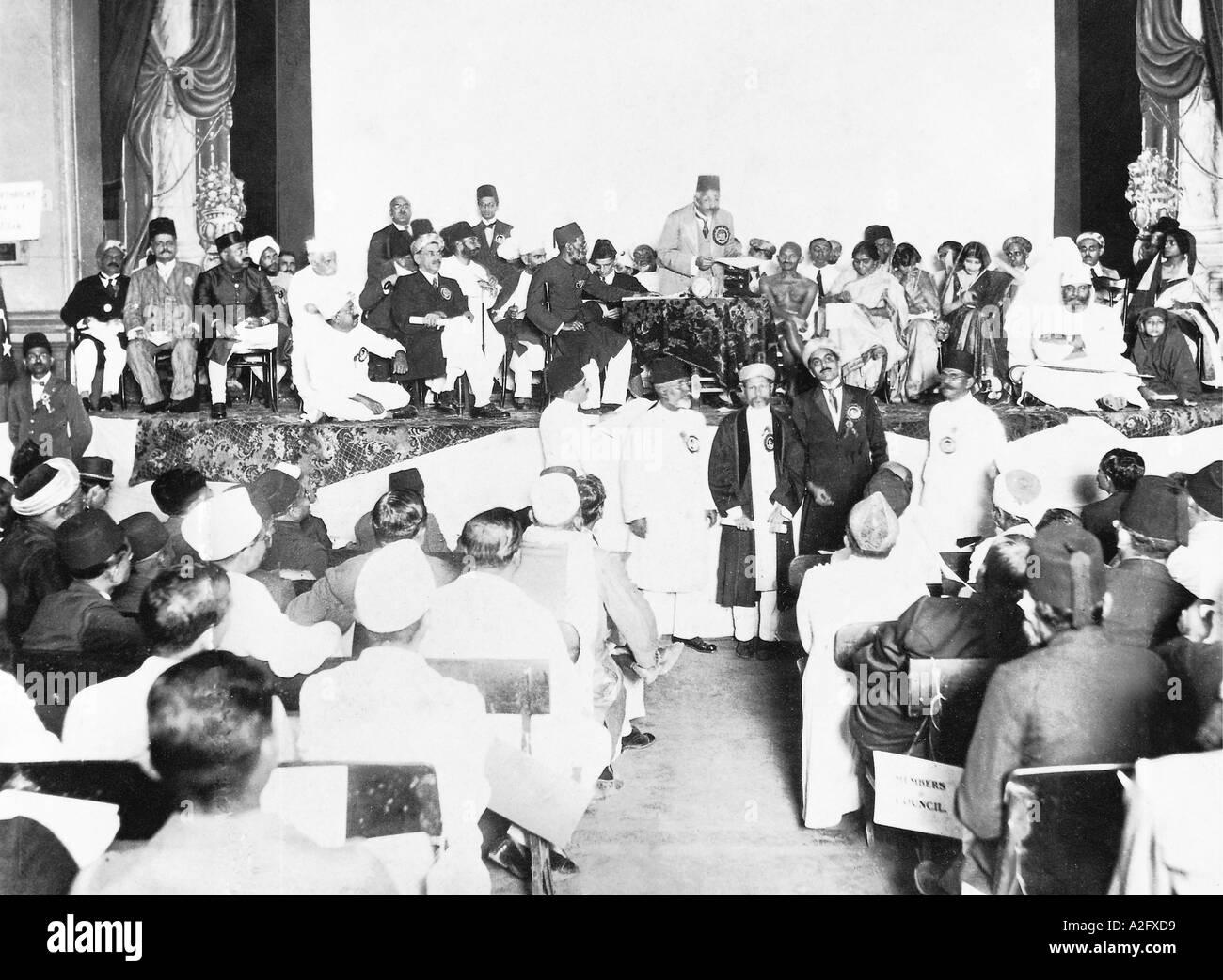 Il Mahatma Gandhi la Presidente del Congresso alla sessione annuale della Lega Musulmana 1924 Immagini Stock