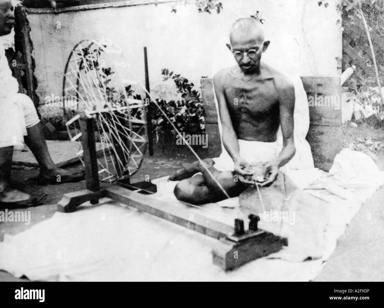Il Mahatma Gandhi seduto su charkha ruota di filatura e la filatura del cotone filo in corrispondenza di Sabarmati Ashram in Gujarat India Asia 1925 Immagini Stock