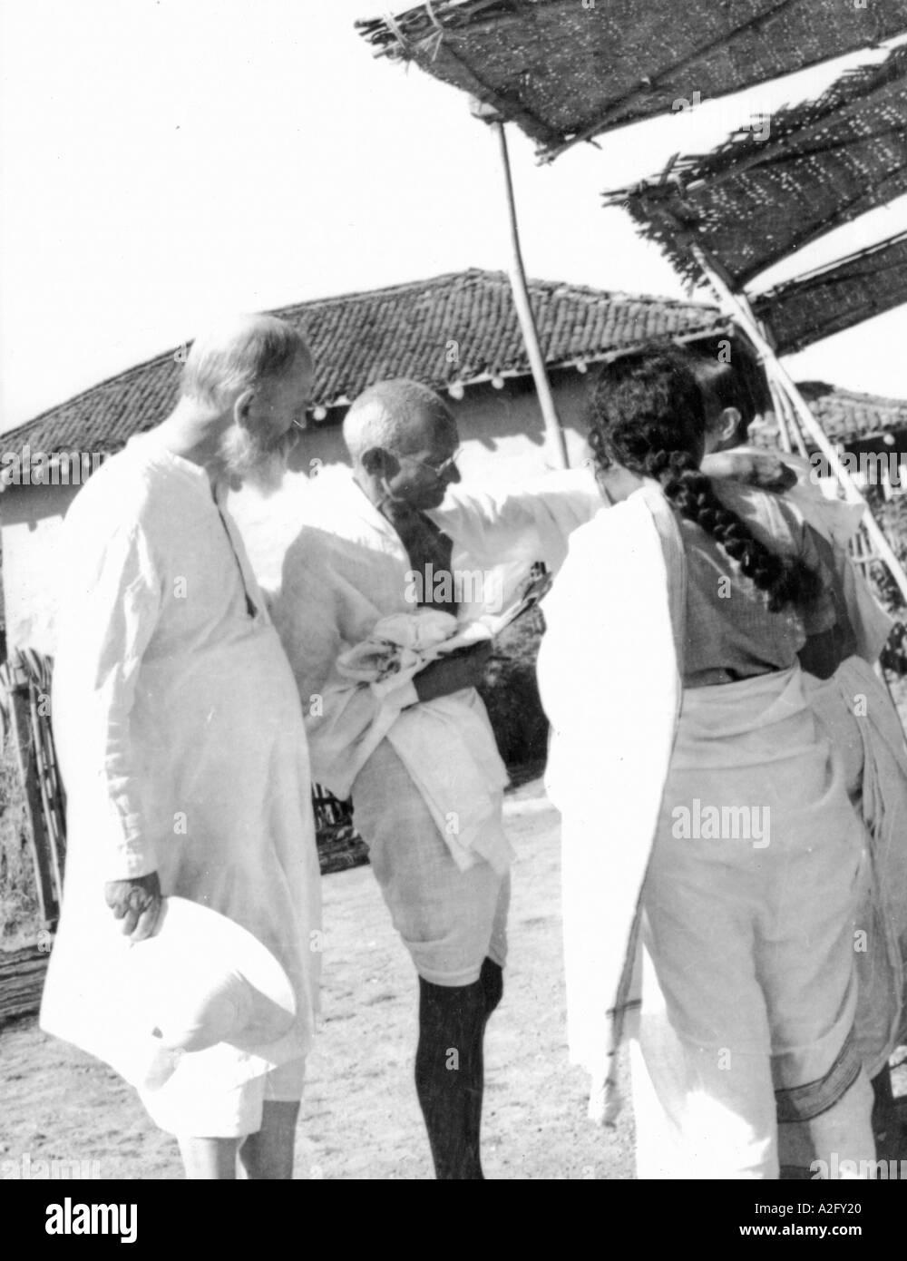 Il Mahatma Gandhi con Charles Freer Andrews a Segaon, Khargone, Madhya Pradesh, India, Dicembre 1938 Immagini Stock
