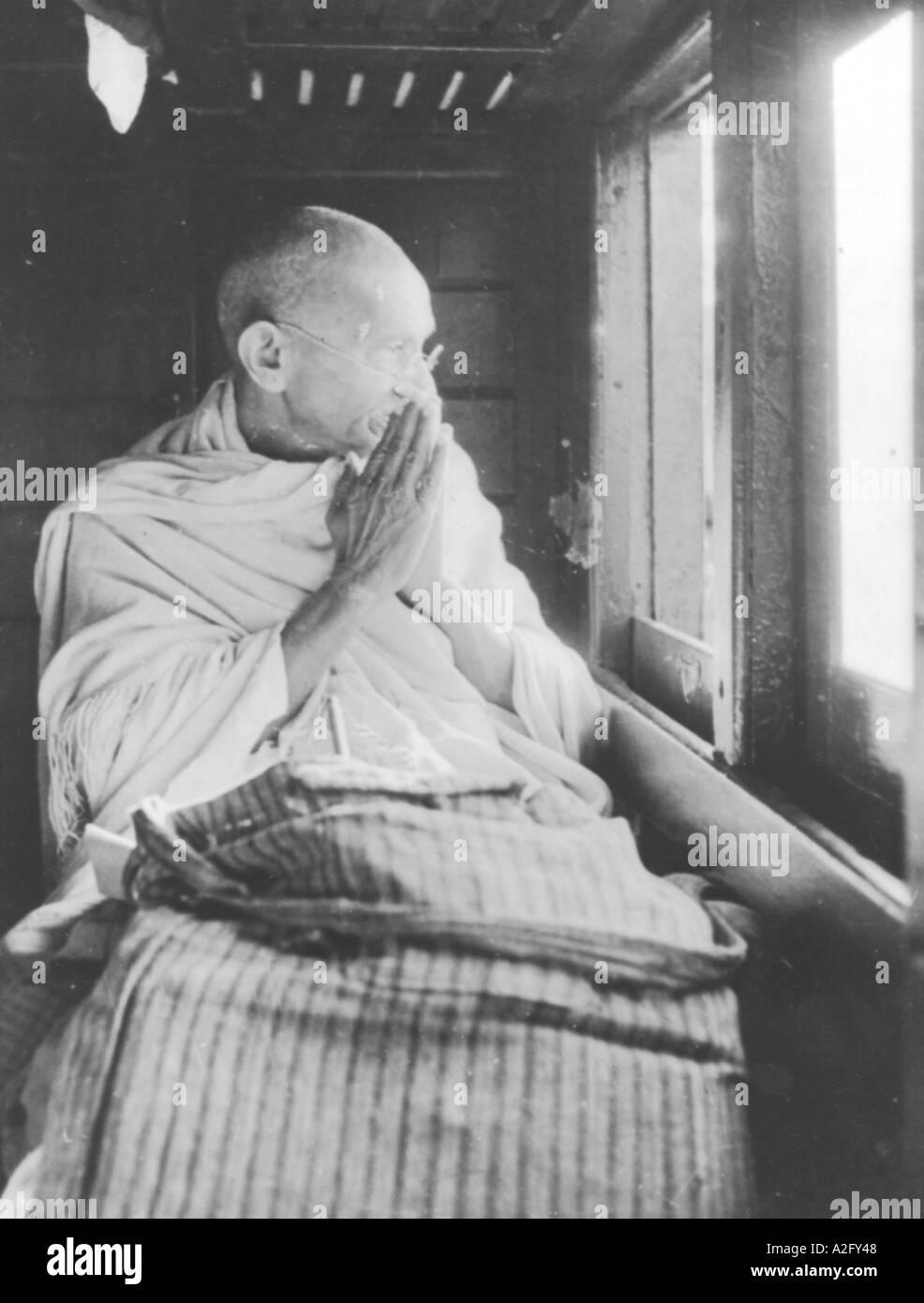 Il Mahatma Gandhi saluto la folla da un comparto ferroviario sul modo di Allahabad Uttar Pradesh India Novembre 1939 Immagini Stock
