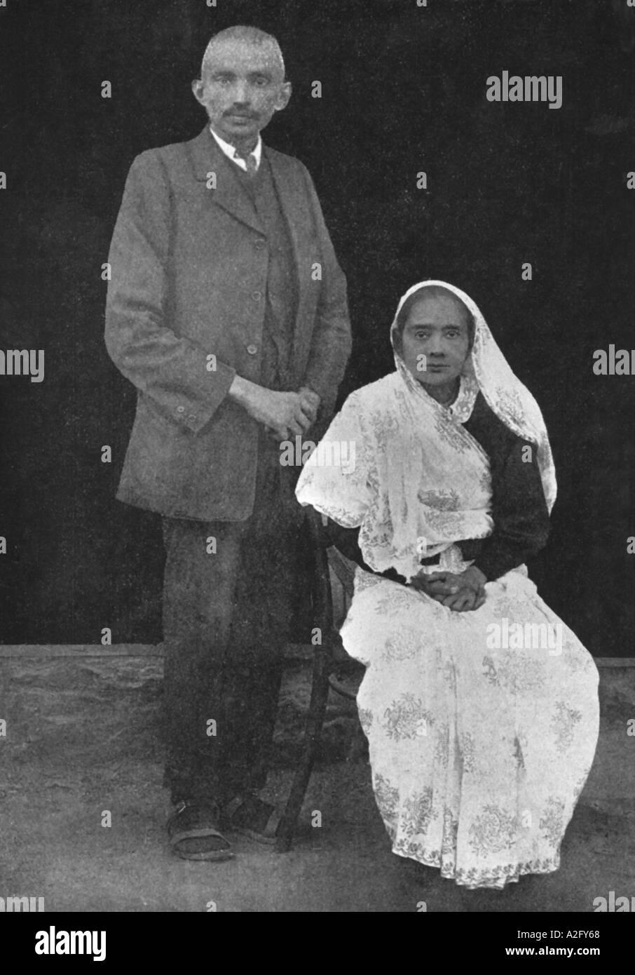 Kasturba e il Mahatma Gandhi in tre pezzi in tuta Johannesburg Sudafrica prima della loro partenza per l'Inghilterra Luglio 1914 Immagini Stock