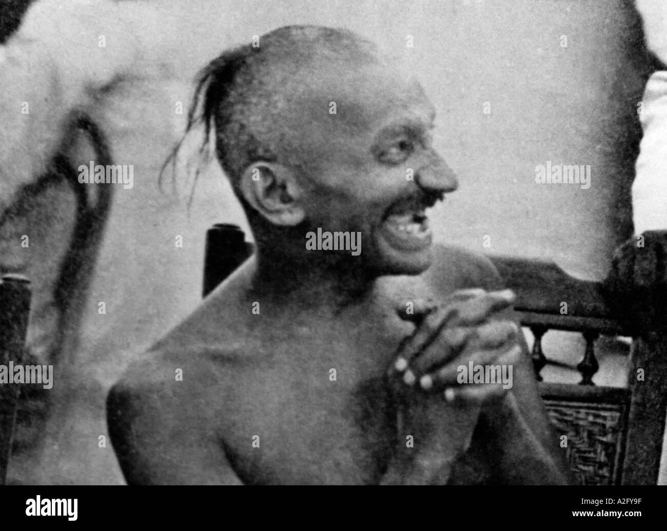 MKG32990 Mahatma Gandhi ridendo felice ad una festa a Chennai Tamilnadu India Settembre 1921 Immagini Stock