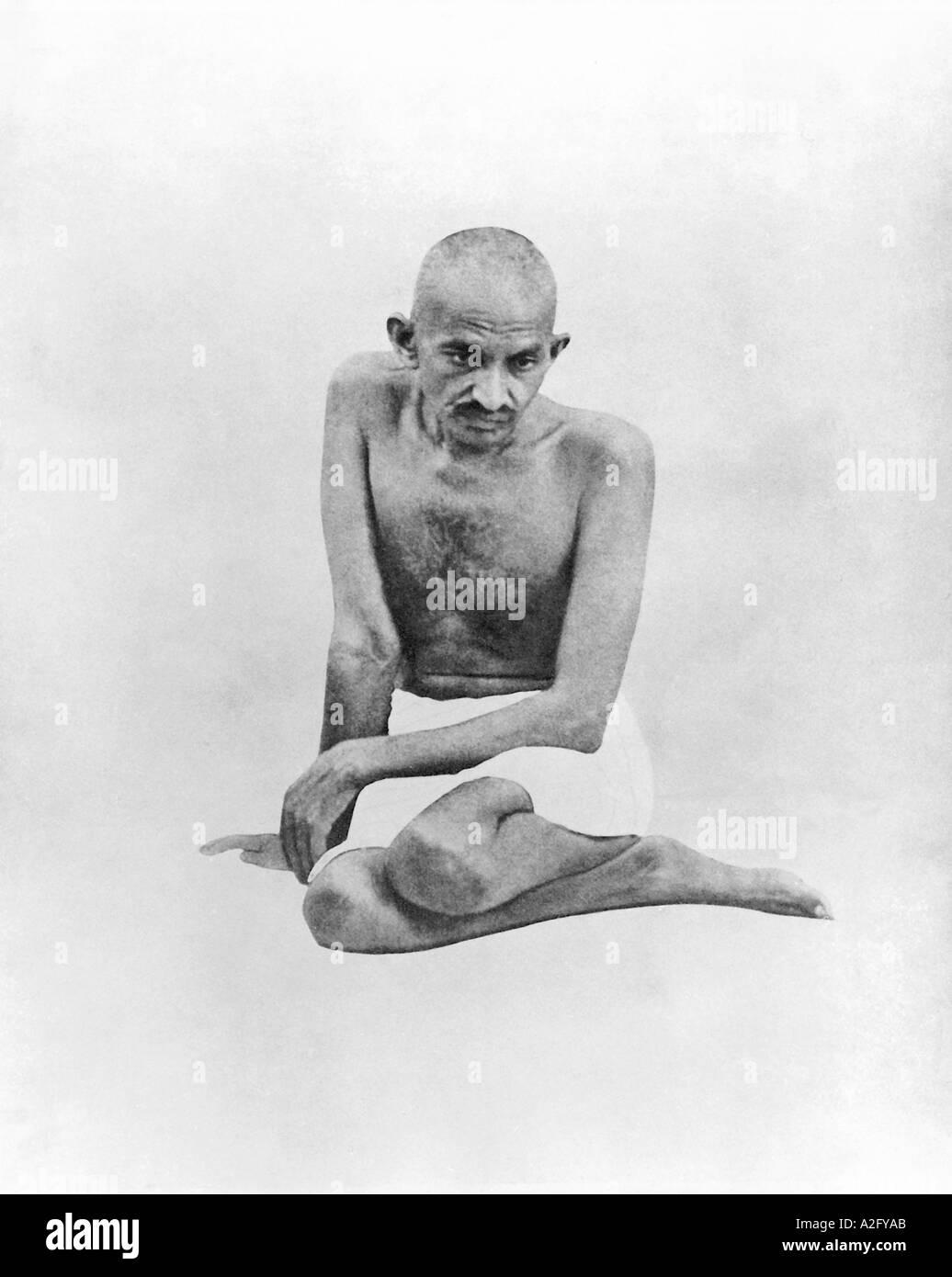 Il Mahatma Gandhi seduta 1924 India Immagini Stock