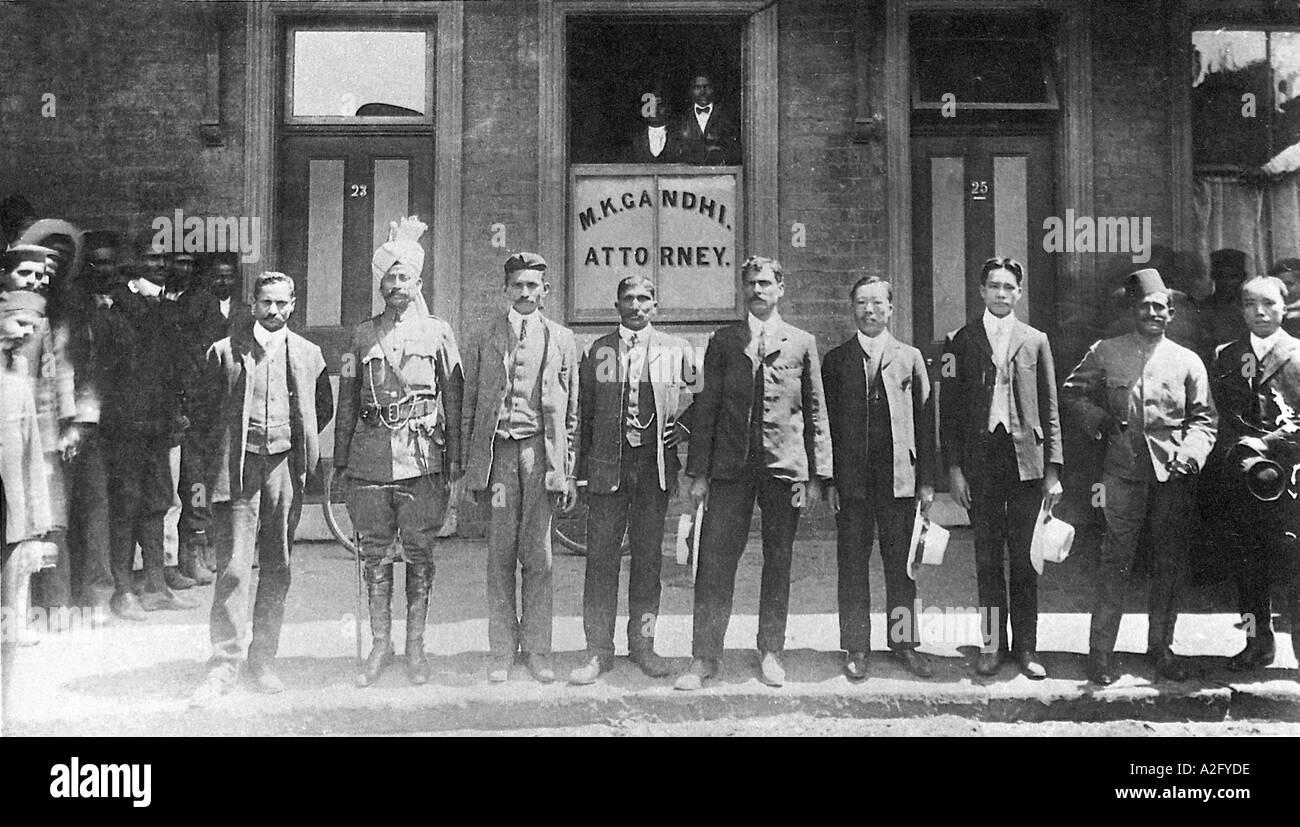 Il Mahatma Gandhi con i suoi colleghi al di fuori del suo ufficio a Johannesburg in Sud Africa Immagini Stock