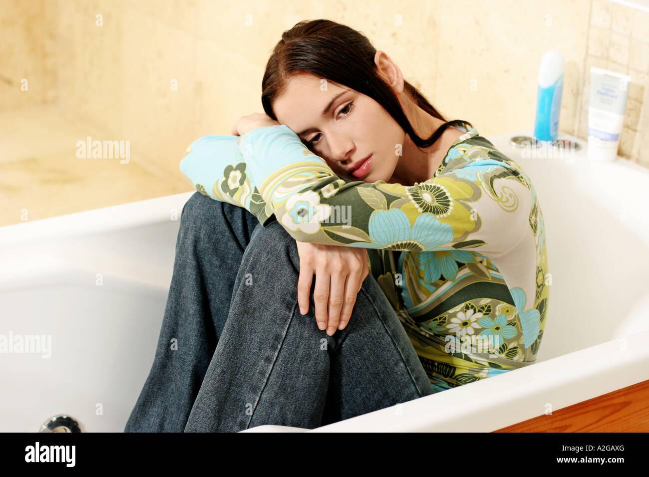 Jeans Vasca Da Bagno : 1215573 indoor bagno piatto giovane donna girl brunette capelli