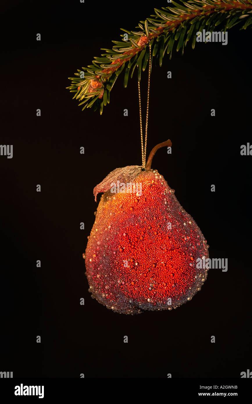 Splendenti frutta pera decorazione di Natale contro uno sfondo nero Immagini Stock
