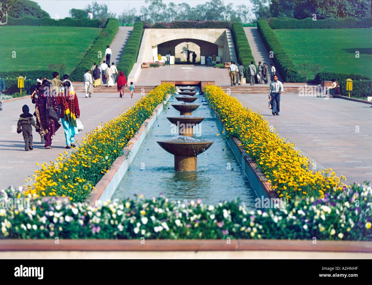 Rai Ghat il memoriale e il luogo in cui Mahatma Gandhi è stato cremato dopo il suo assassinio nel 1948 Immagini Stock