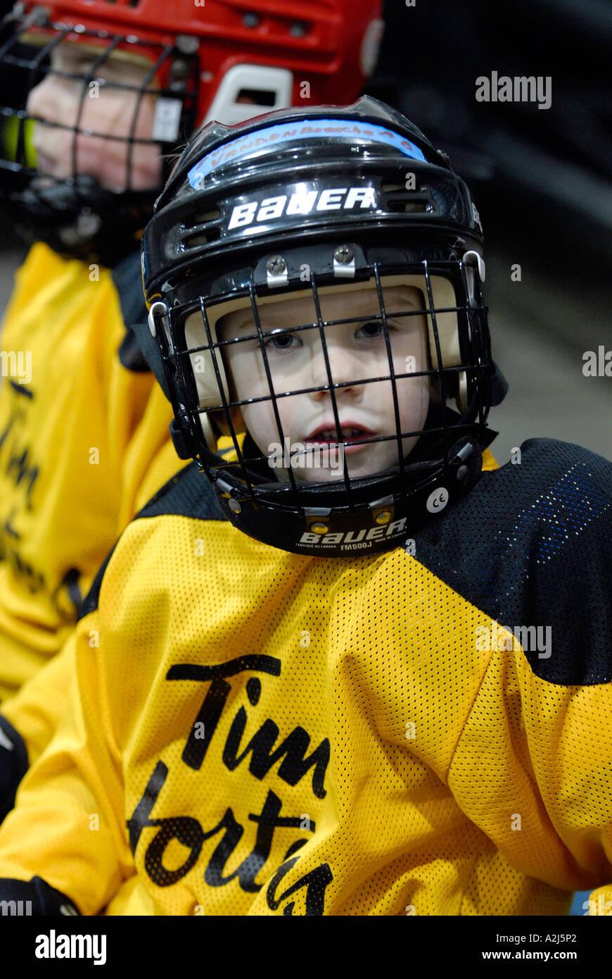 5 anno old boys imparare a giocare il gioco di hockey su ghiaccio Immagini Stock