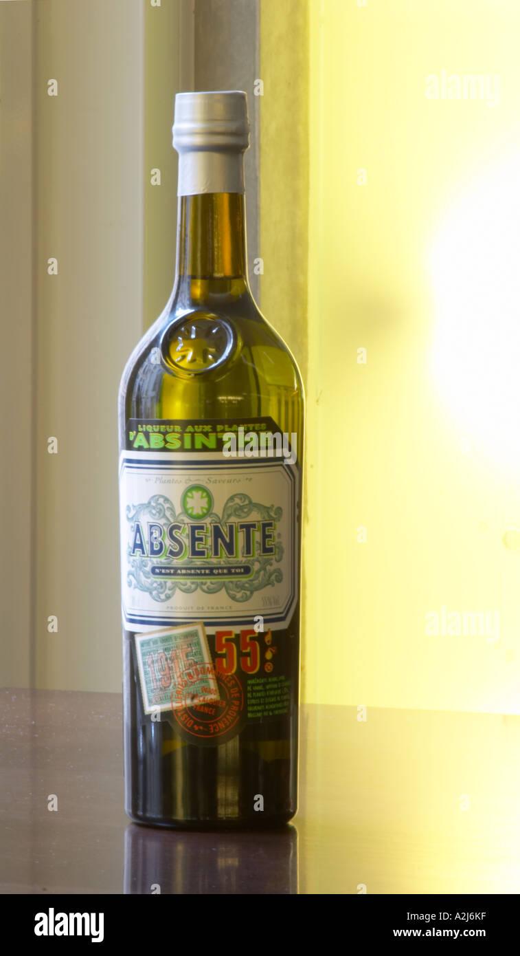 Bottiglia di Absente una marca di assenzio Pastis è uno spirito di alta alcol aromatizzato bevanda aromatizzata Foto Stock