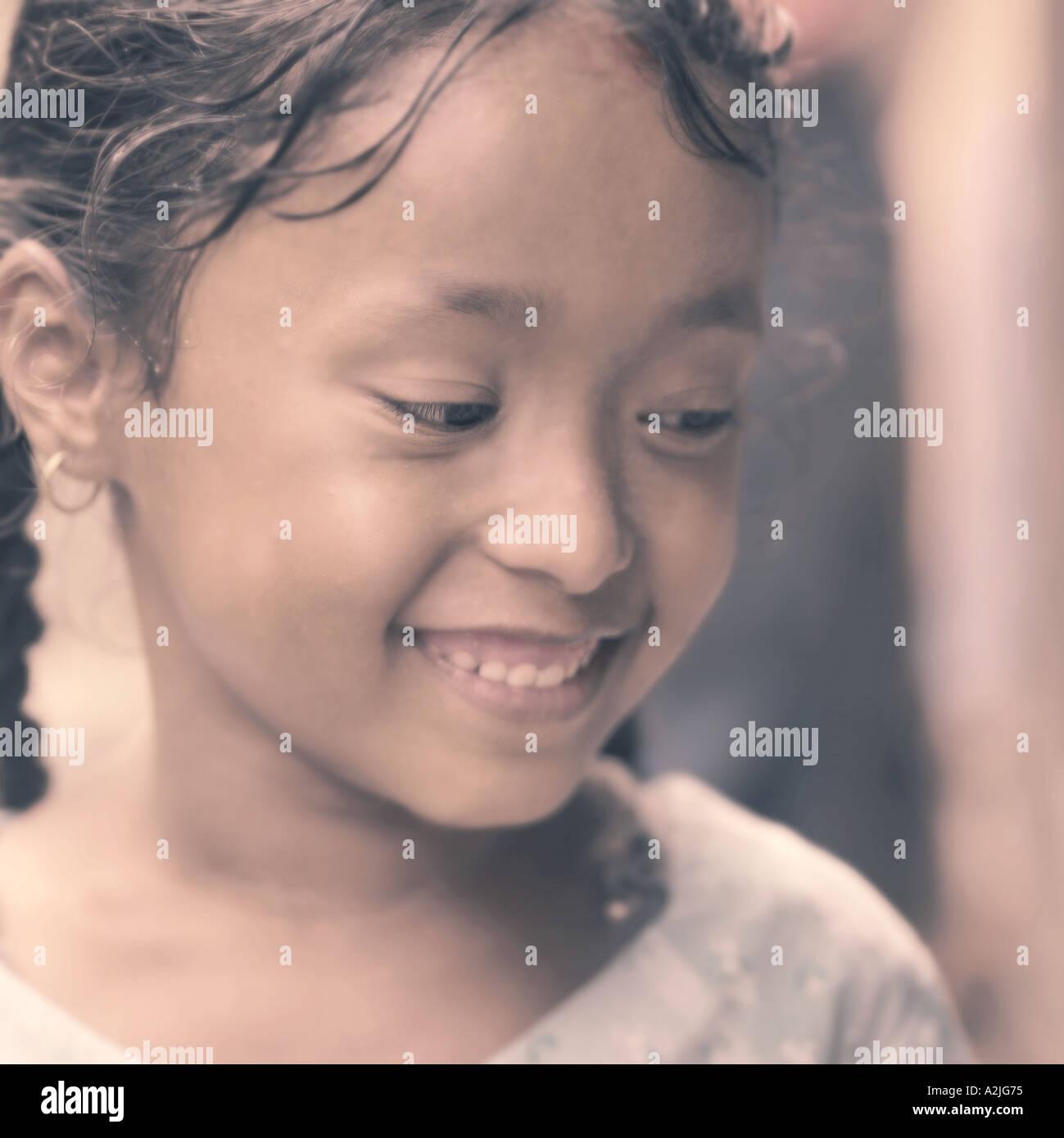 Giovani nepalesi ragazza sorridente e guardando lontano dalla telecamera. Immagini Stock