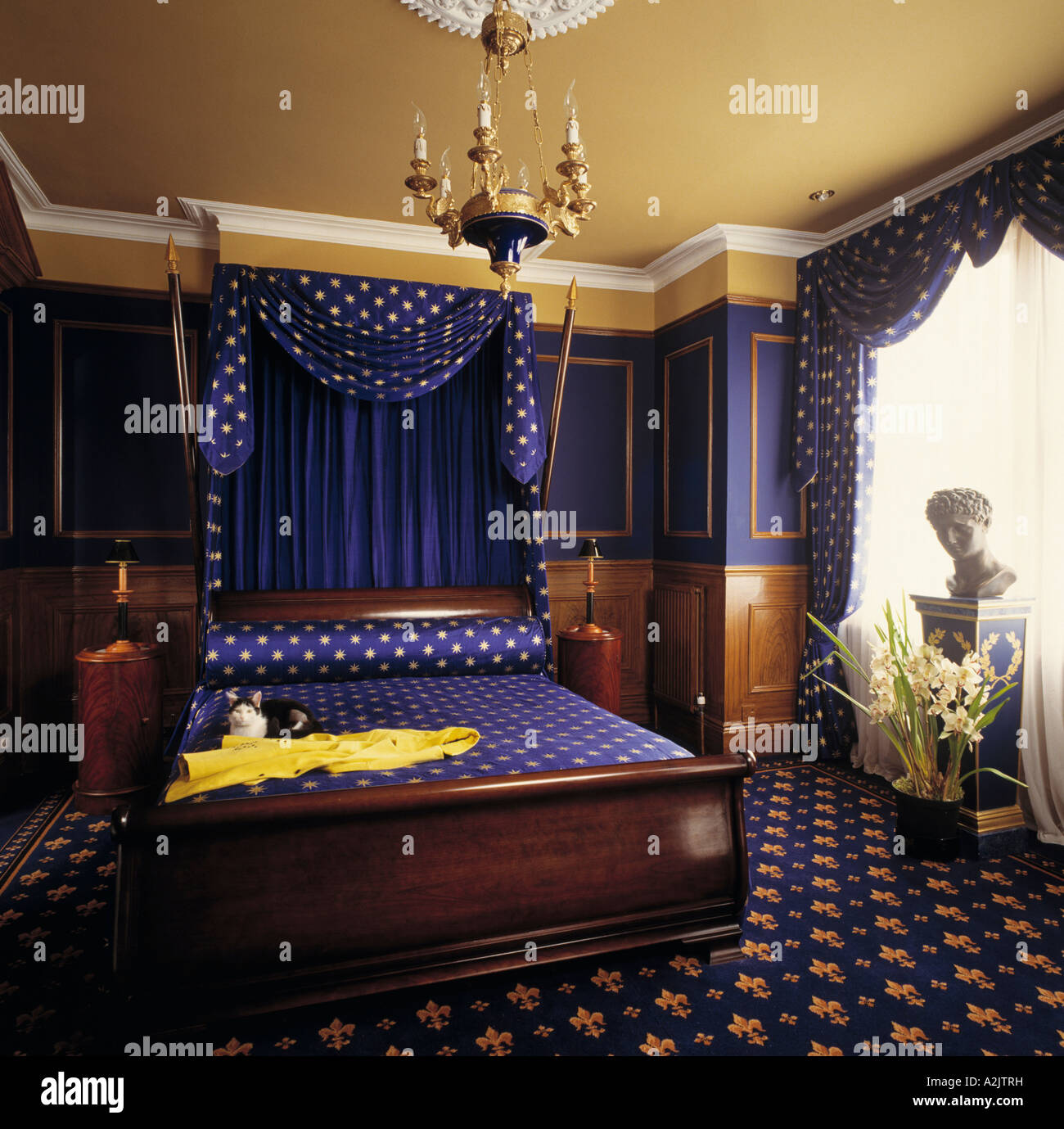 Camera da letto con pareti blu e blu moquette a motivi geometrici ...