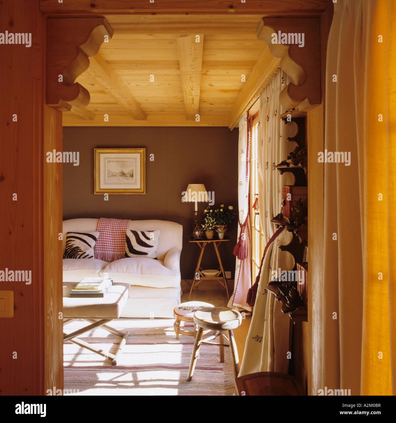 Vista attraverso una porta di ingresso di un soggiorno in un ...