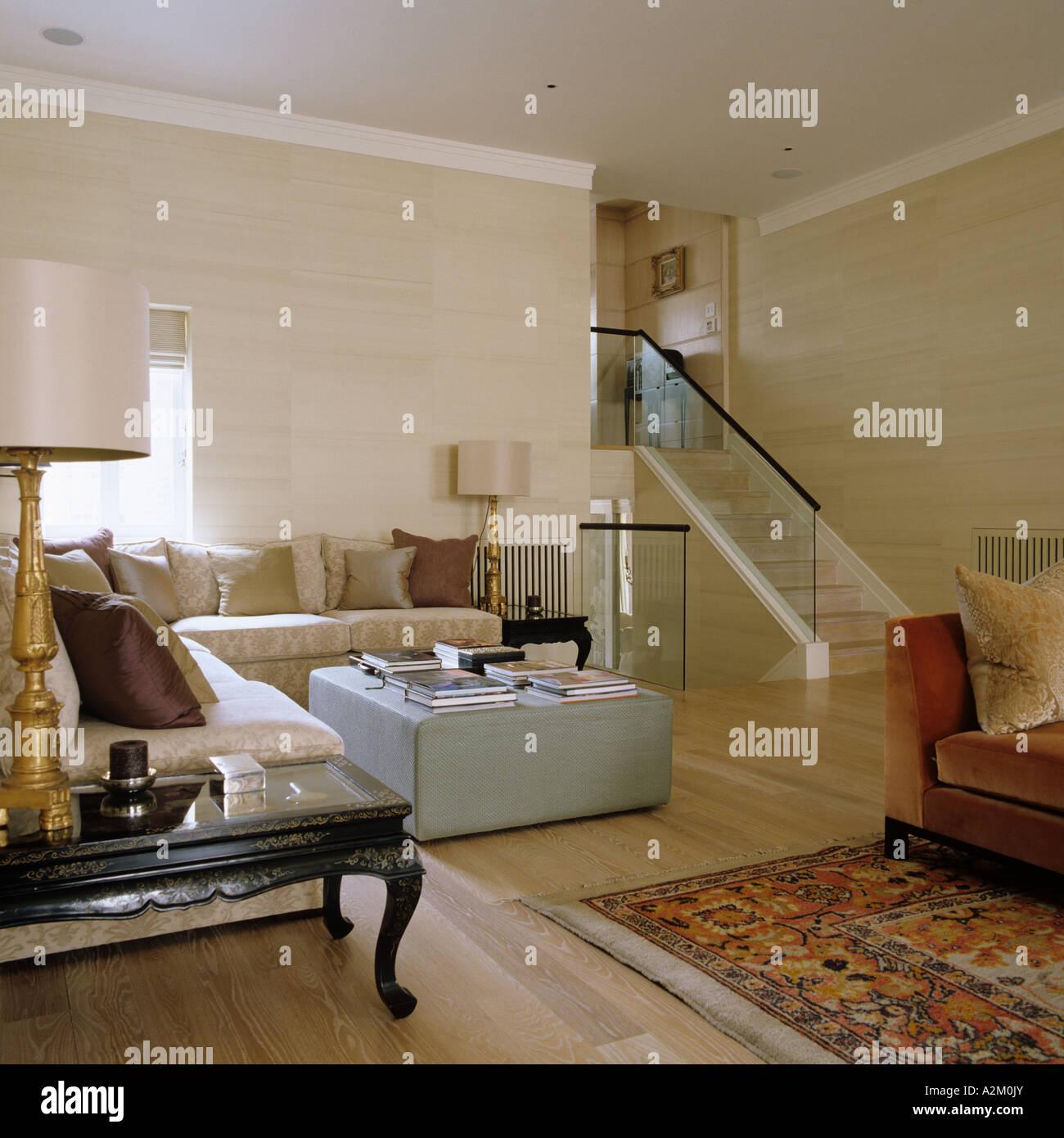 Soggiorno con tappeto Ziegler e pouf in Appartamento Londra Foto ...