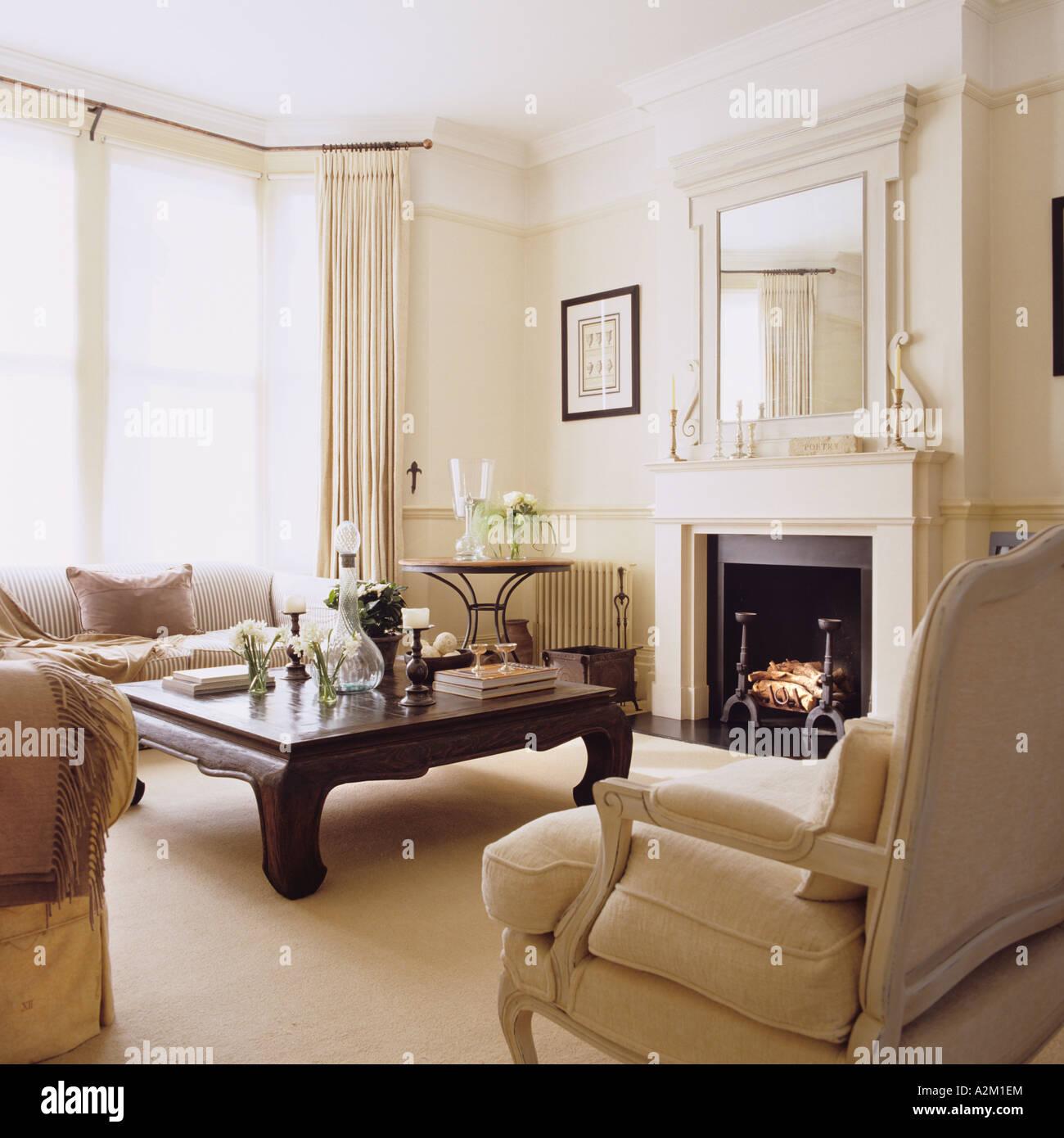 Soggiorno Con Tavolino Da Caffe In Stile Neoclassico Foto Stock Alamy