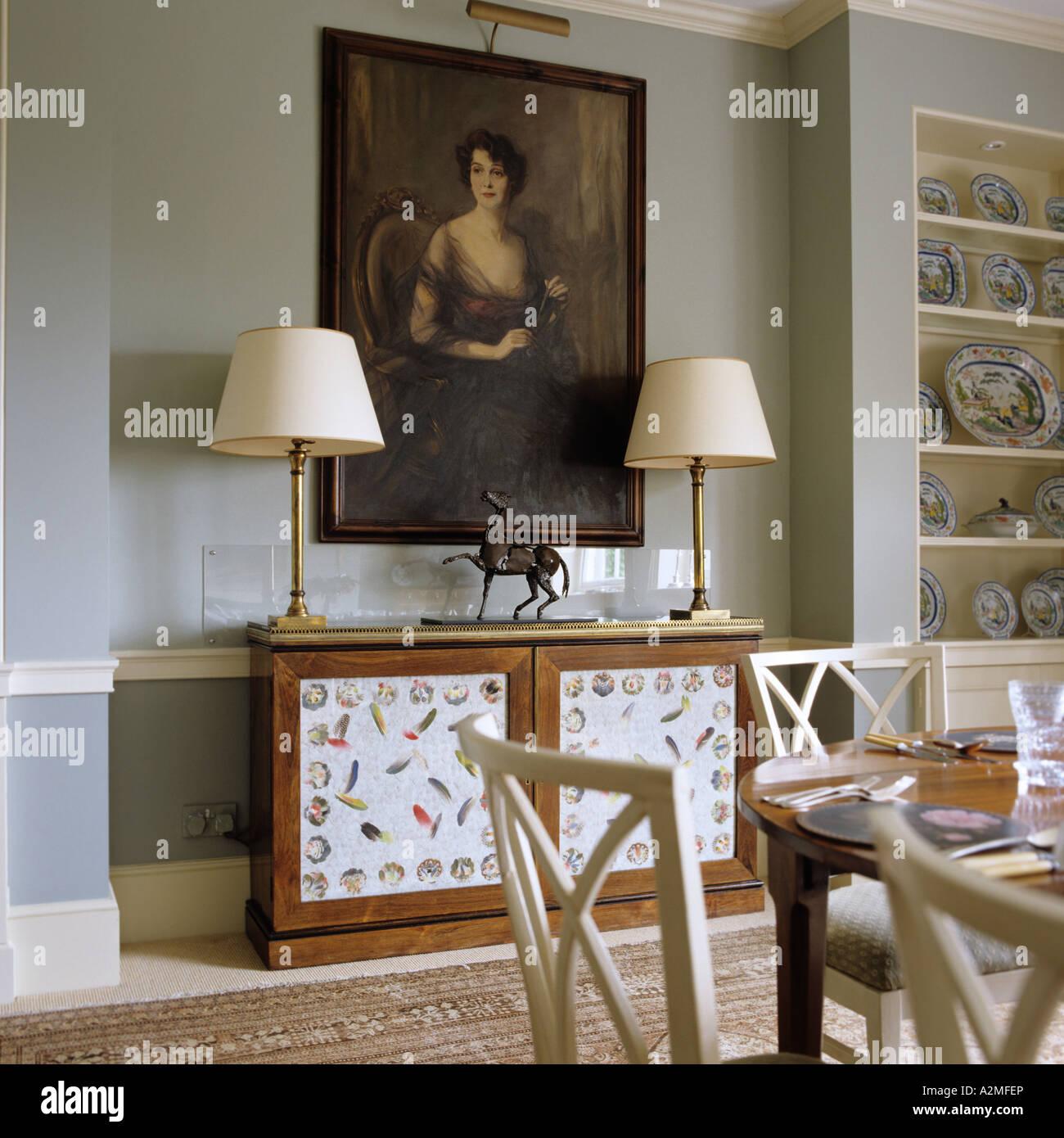 Sala da pranzo con olio ansimando e lampade in casa Inglese di ...