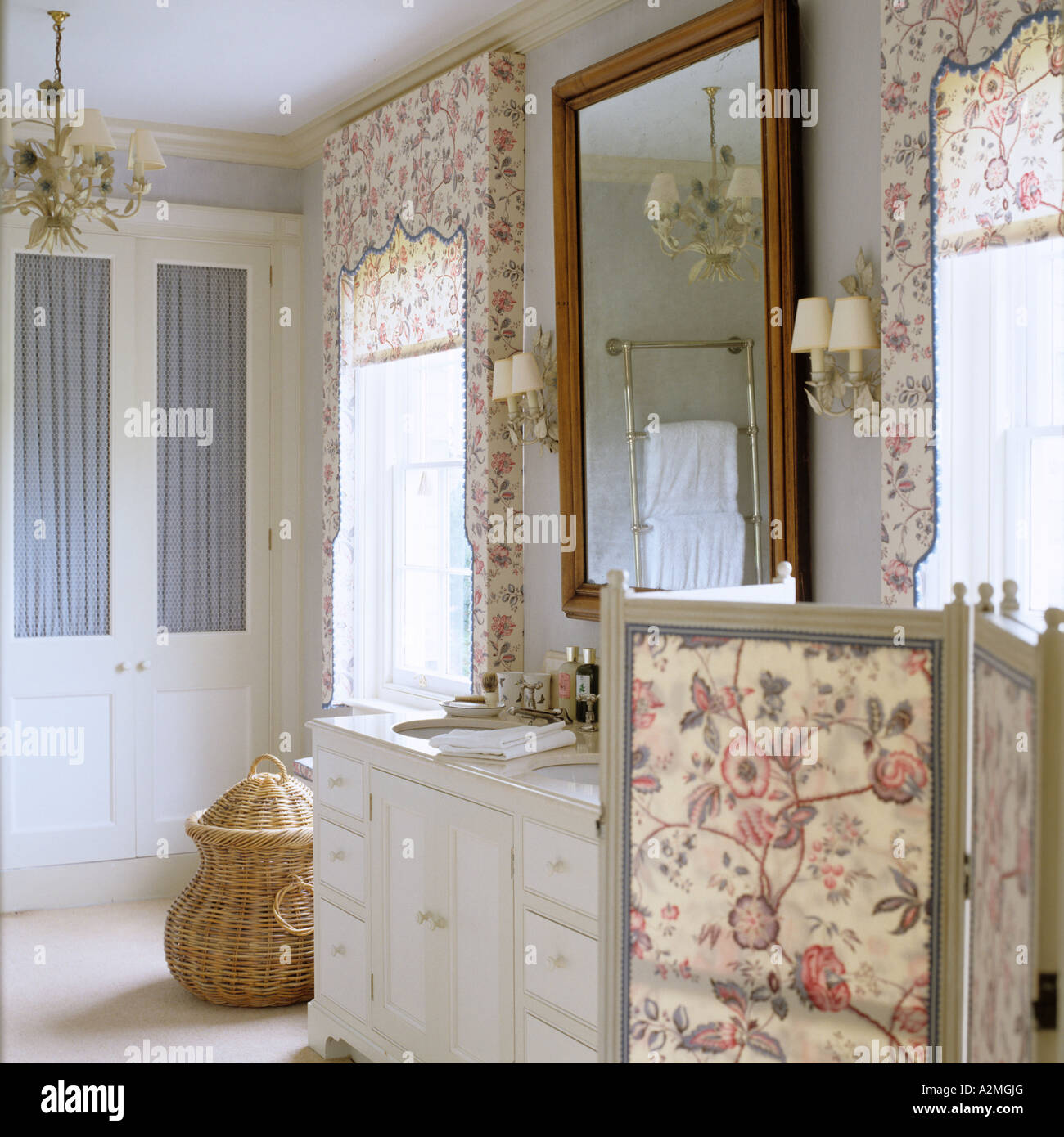 Amazing motivi floreali scuri e dressing schermo nel bagno - Bagno in campagna ...