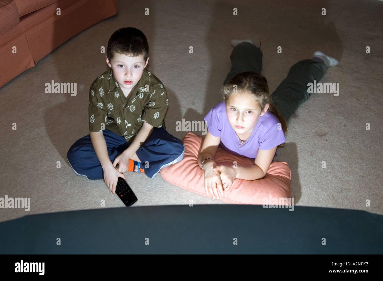 I bambini guardano la televisione a casa Inghilterra REGNO UNITO Immagini Stock