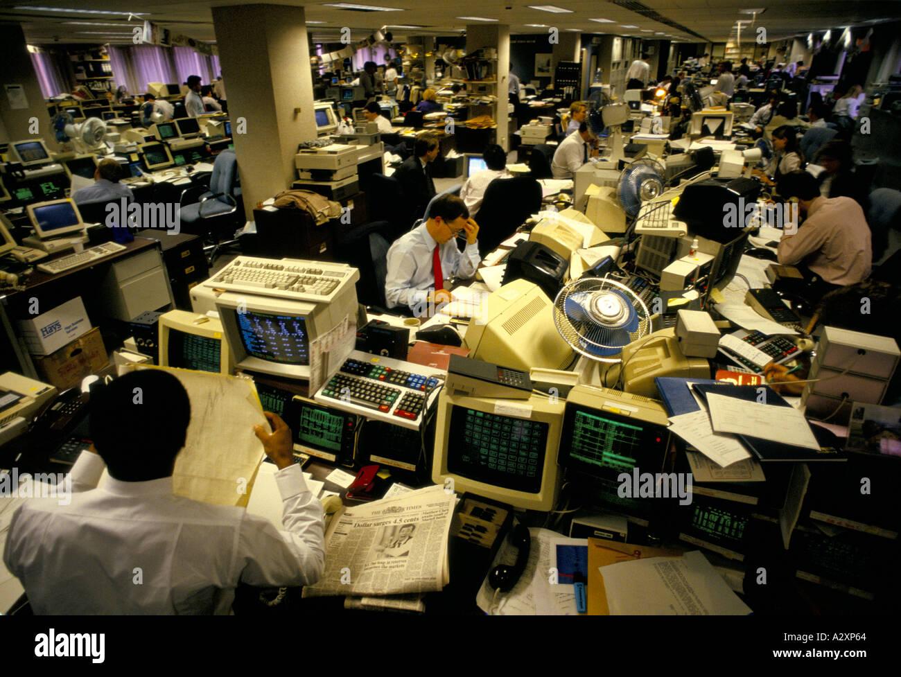 Ufficio indaffarato scena, GOLDMAN SACHS valuta i concessionari. Città di Londra, Inghilterra, Gennaio 1988 Immagini Stock
