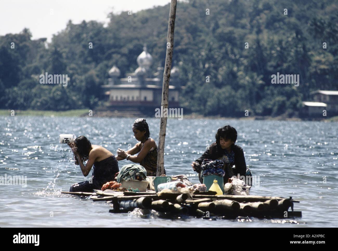 Pilippines : donne sulla piccola zattera di legno si bagnano nelle ...