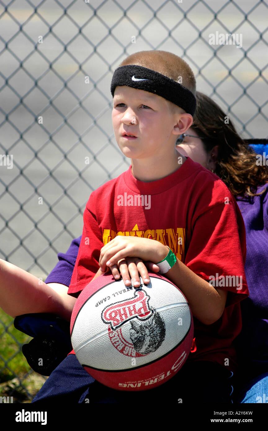 8 Attraverso 10 Anni Di Ragazze E Ragazzi Giocare A Basket Fuori In