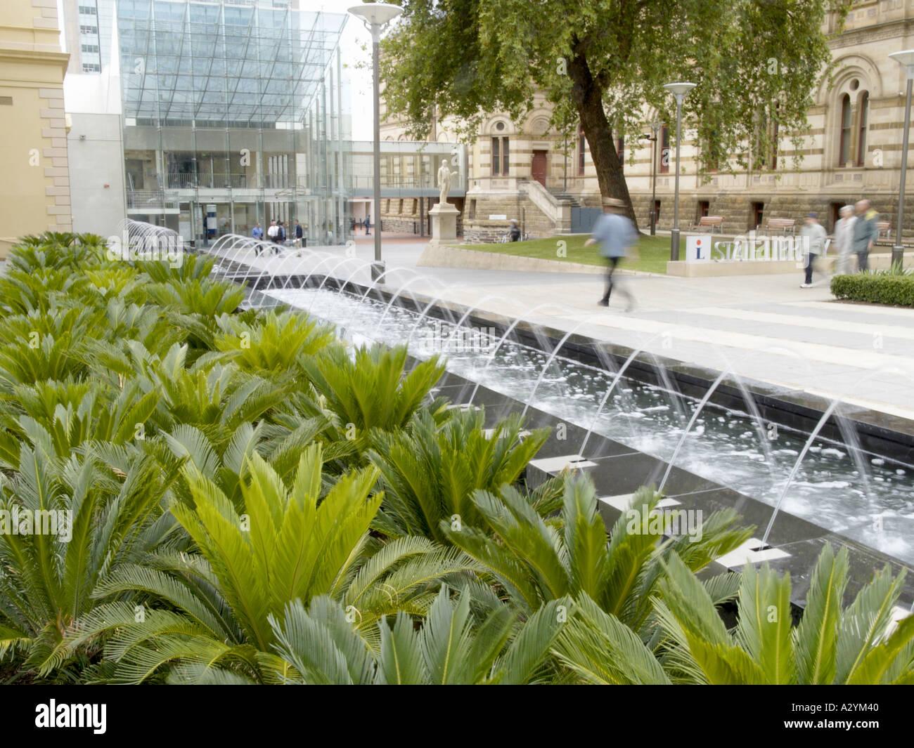 Giardini Moderni Immagini : Funzione di acqua in giardini moderni sulla terrazza nord