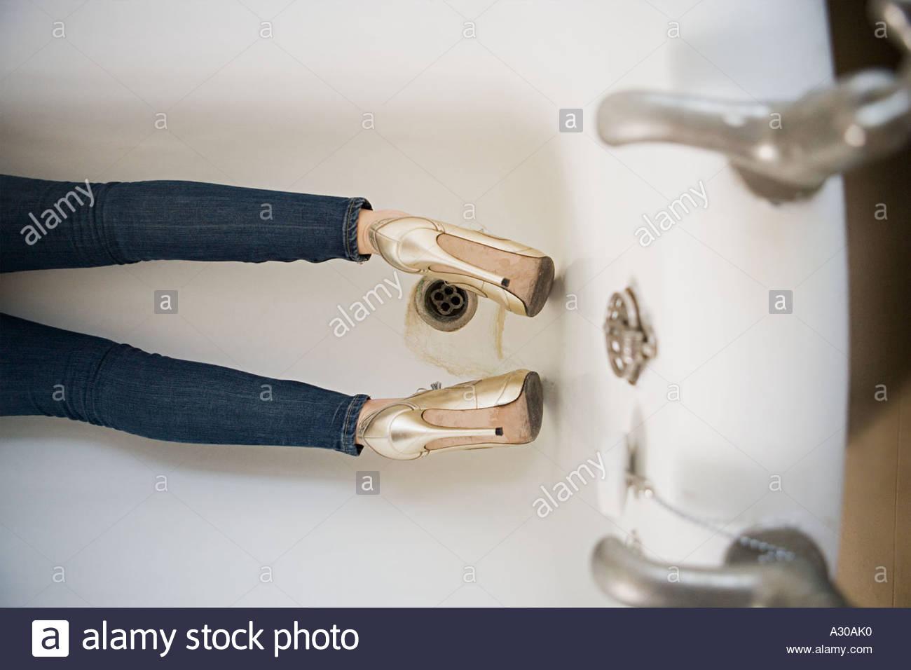 Jeans Vasca Da Bagno : Completamente vestito gambe della donna nella vasca da bagno foto