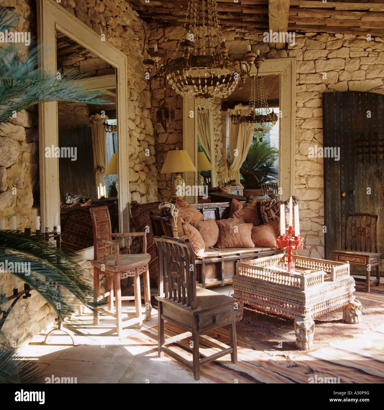 Tavoli In Pietra Per Interni.Tavoli E Sedie In Legno E Pietra Esposta Interno In Casa Provenzale