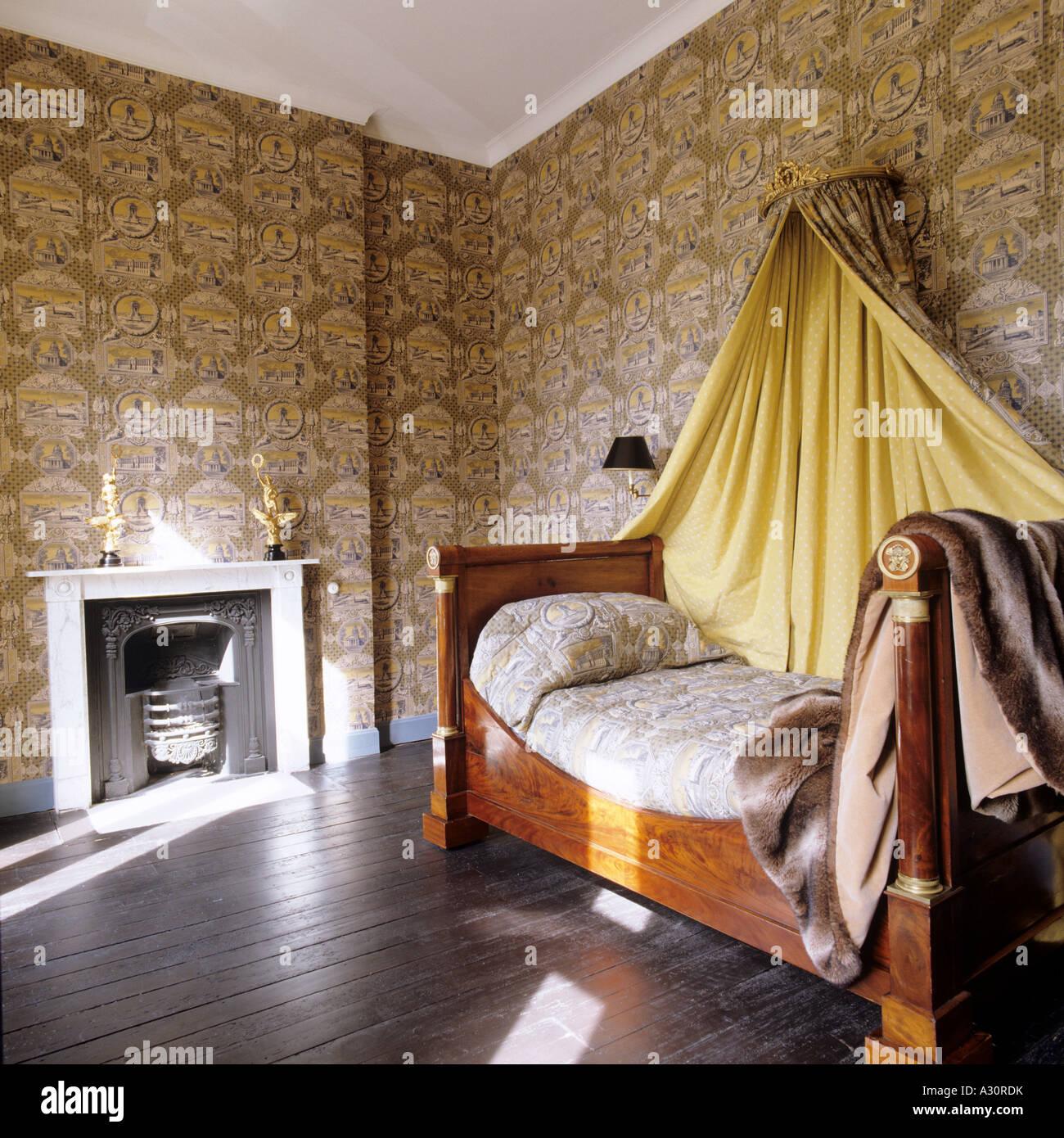 Tappezzate Camere da letto in stile impero e il letto con coronet e ...