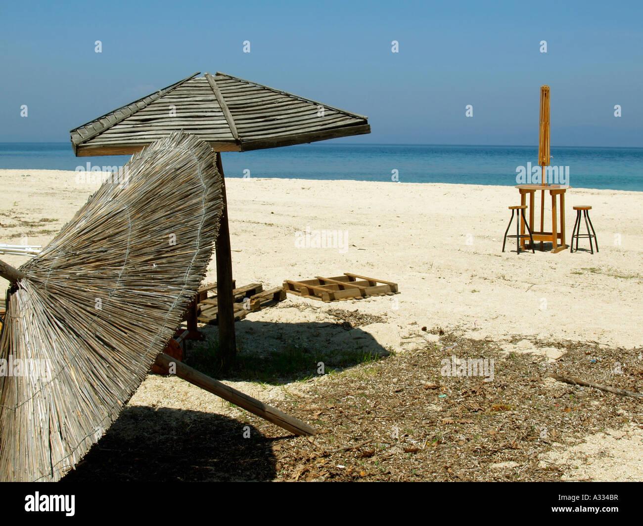 Spiaggia vuota con due sgabelli da bar e un tavolo sulla penisola