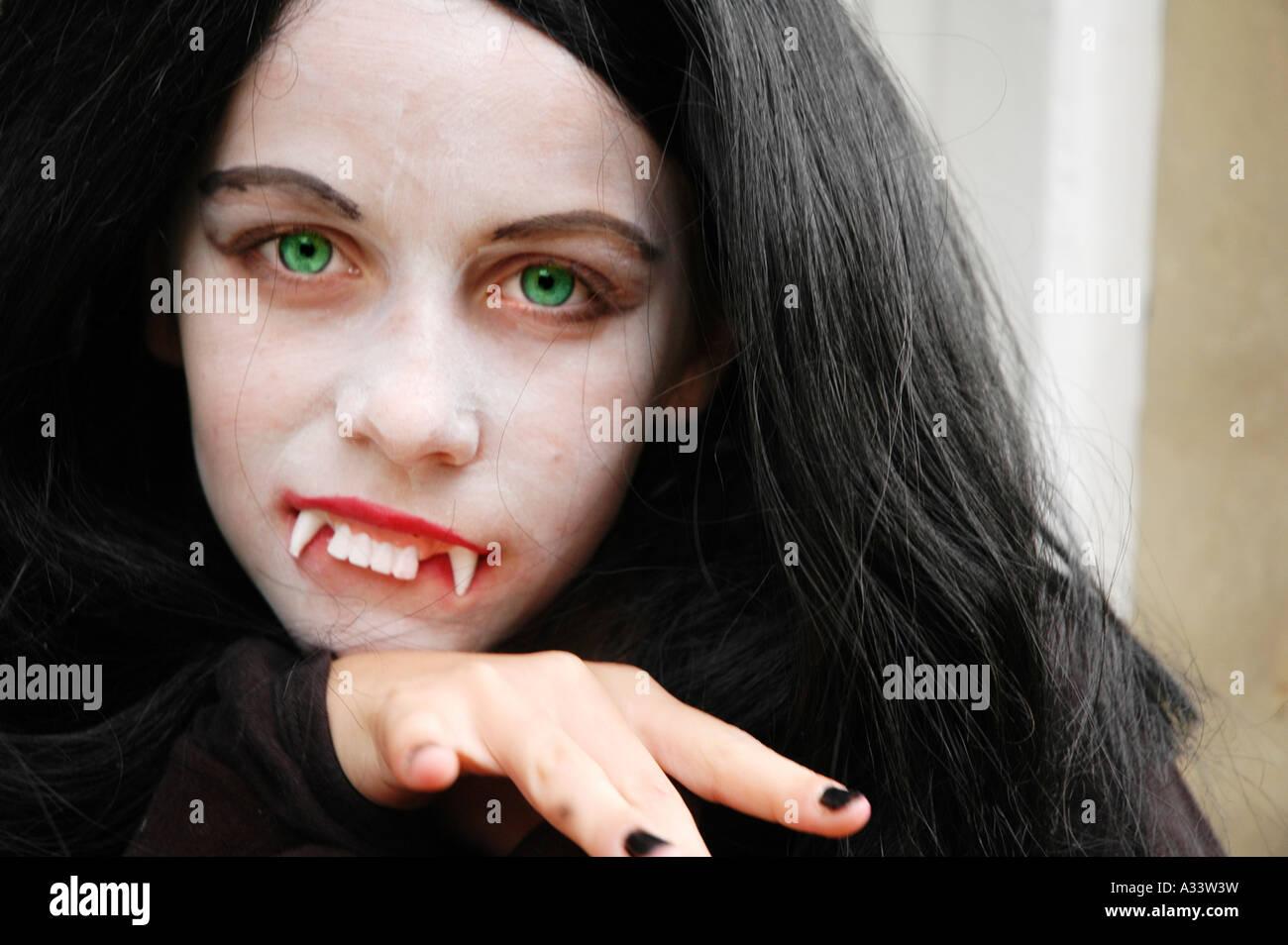 Ragazza vestita come vampiro per Halloween Immagini Stock