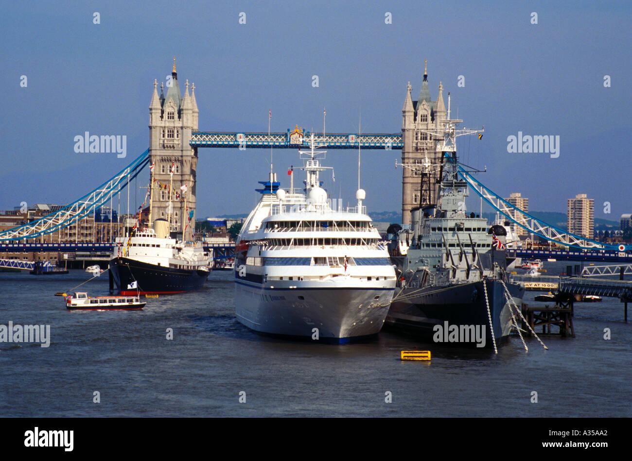 Il Royal Yacht Britannia e il Tower Bridge di Londra Inghilterra 1994 Immagini Stock
