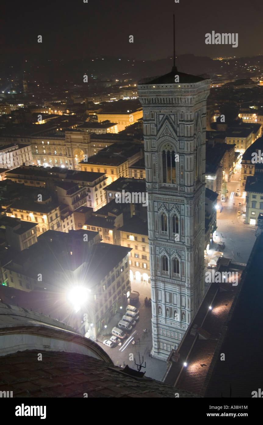 Un ampio angolo di vista su Firenze di notte dal Duomo pubblica della piattaforma di visualizzazione che mostra il campanile di Giotto. Foto Stock
