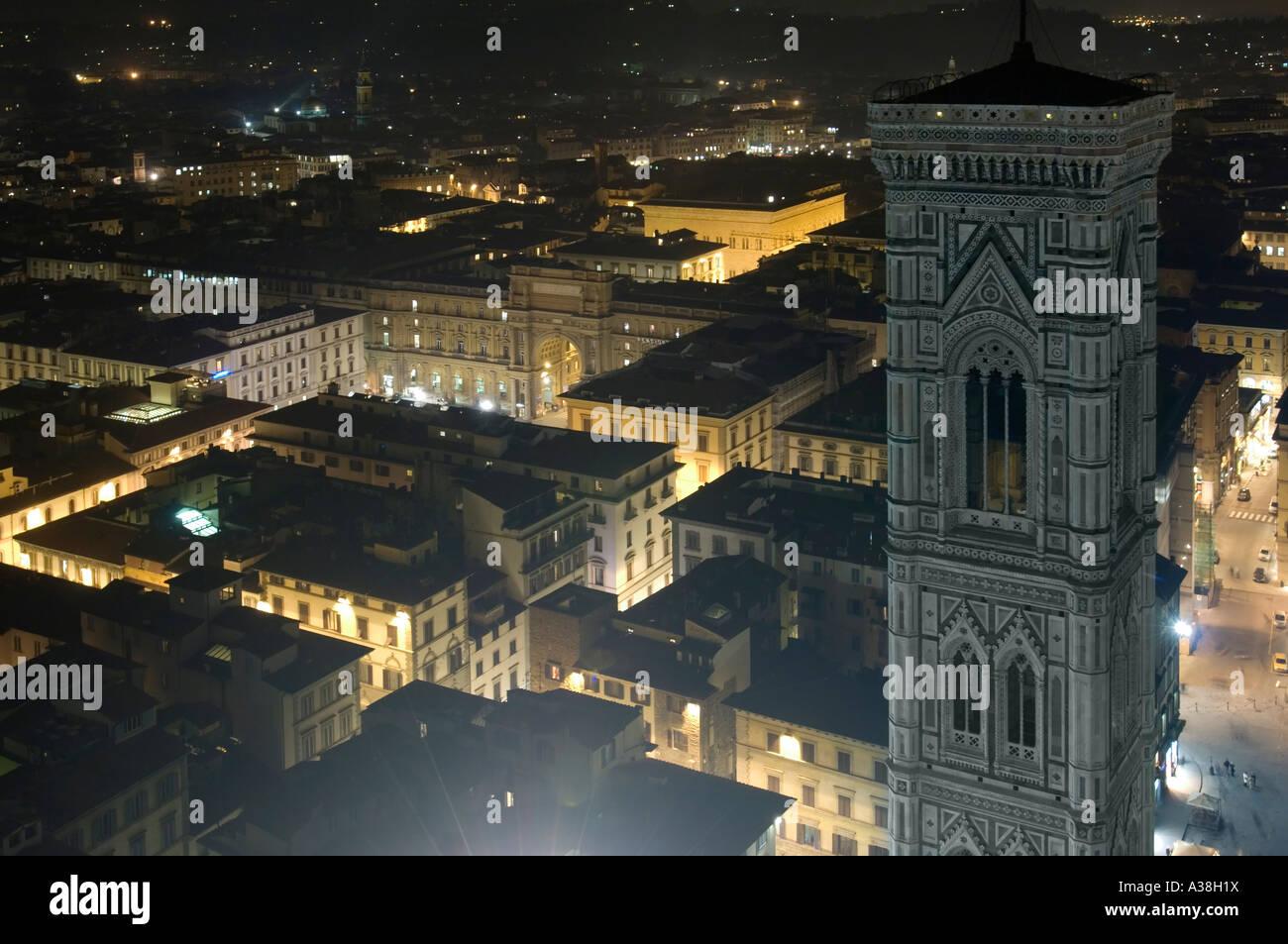 Una vista su Firenze di notte dal Duomo pubblica della piattaforma di visualizzazione che mostra il campanile di Giotto sulla destra. Foto Stock