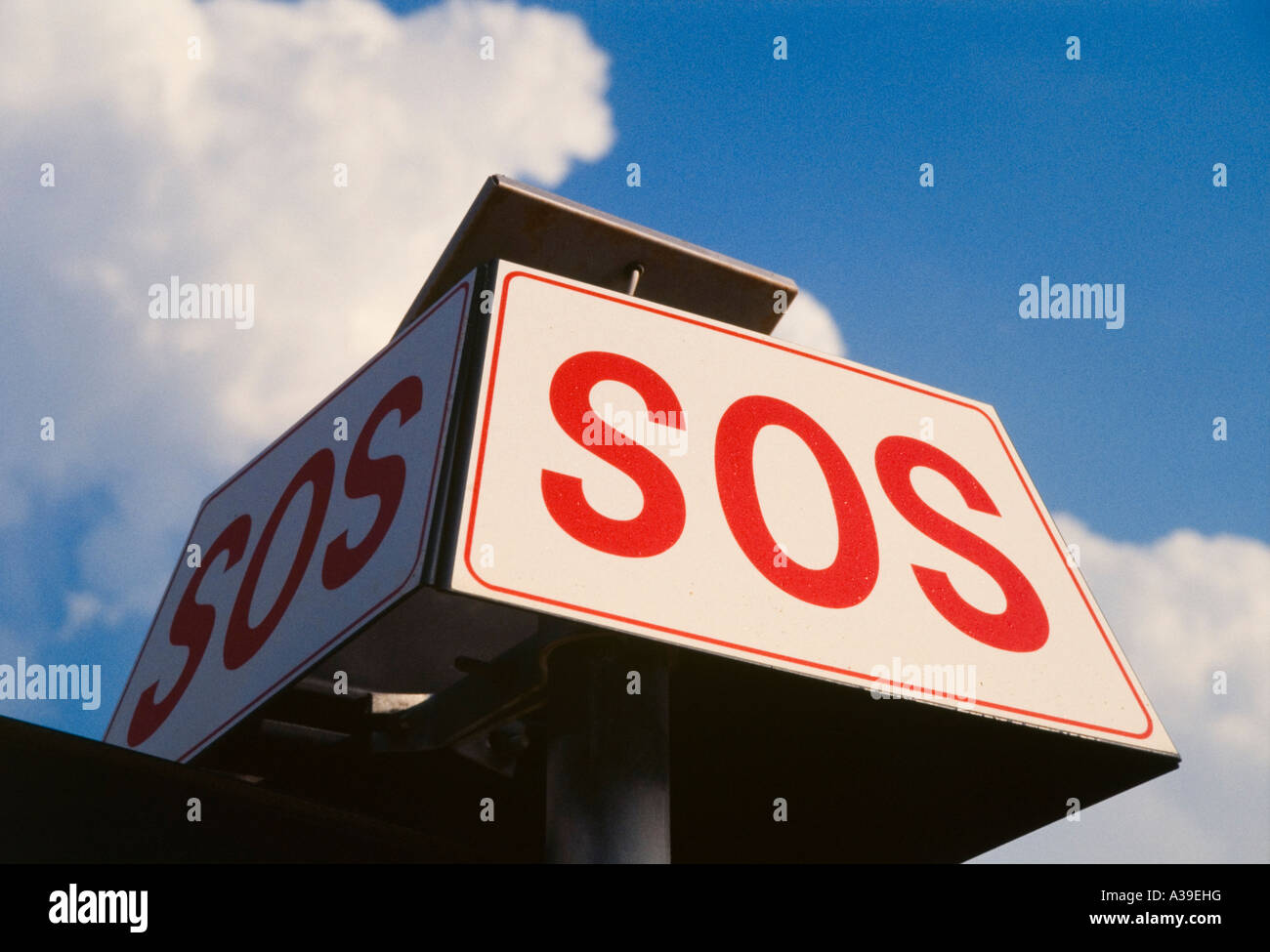 Cartello, avvertenze, aiuto di salvataggio, rosso, bianco, scritto dal di sotto, sky, nuvole, gioco, ombra Immagini Stock