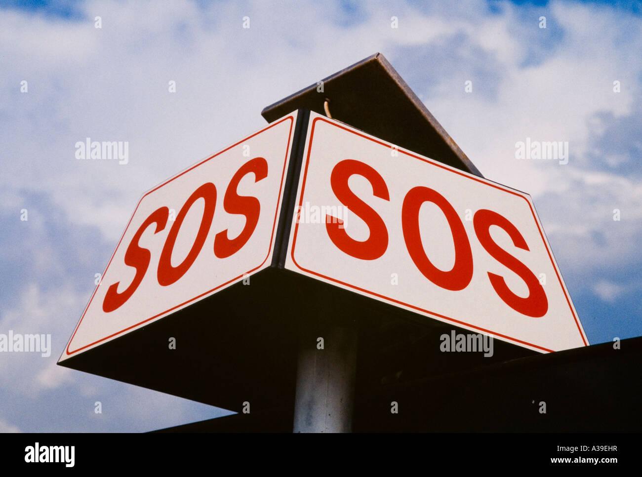 Cartello, avvertenze, aiuto di salvataggio, rosso, bianco, scritto dal di sotto, sky, nuvole, gioco Immagini Stock