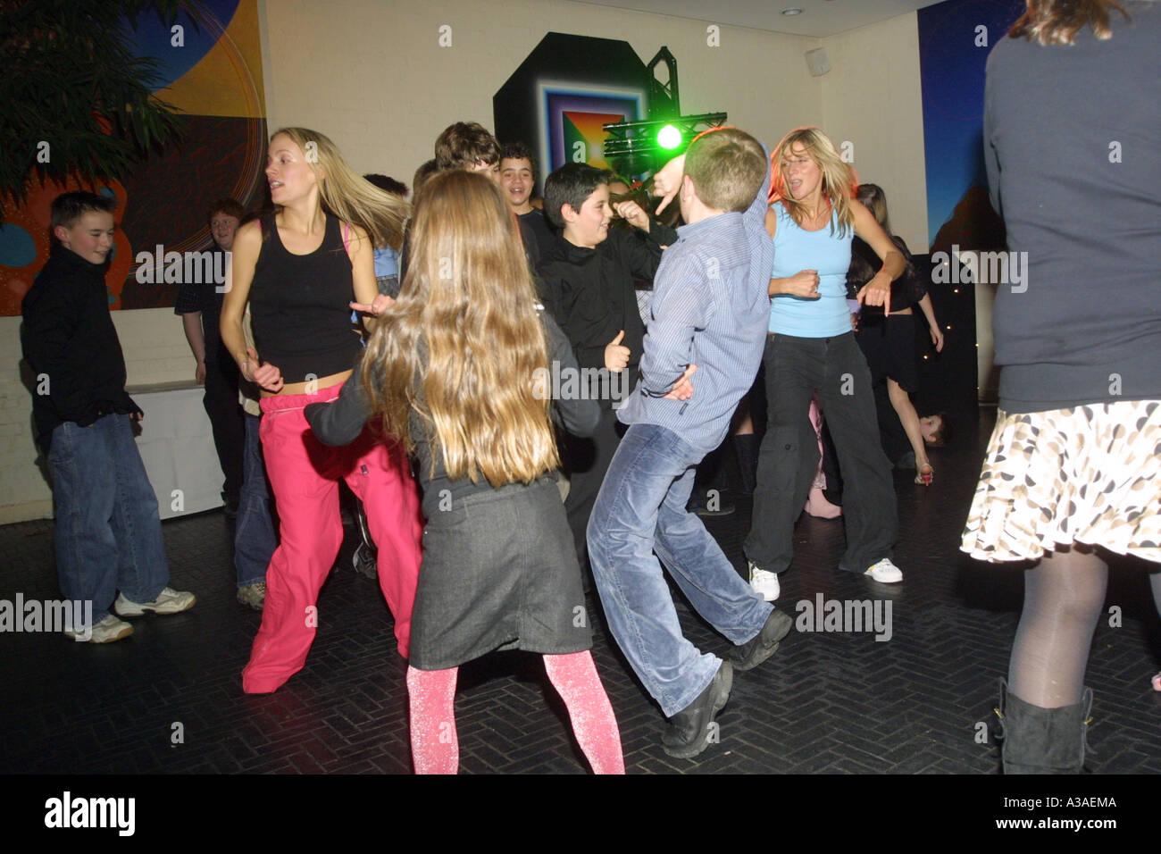 Giovani adolescenti in un party discoteca Immagini Stock