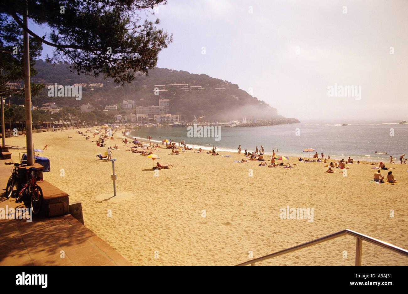 In Spagna, in Catalogna, in Costa Brava gente alla spiaggia sabbiosa Immagini Stock