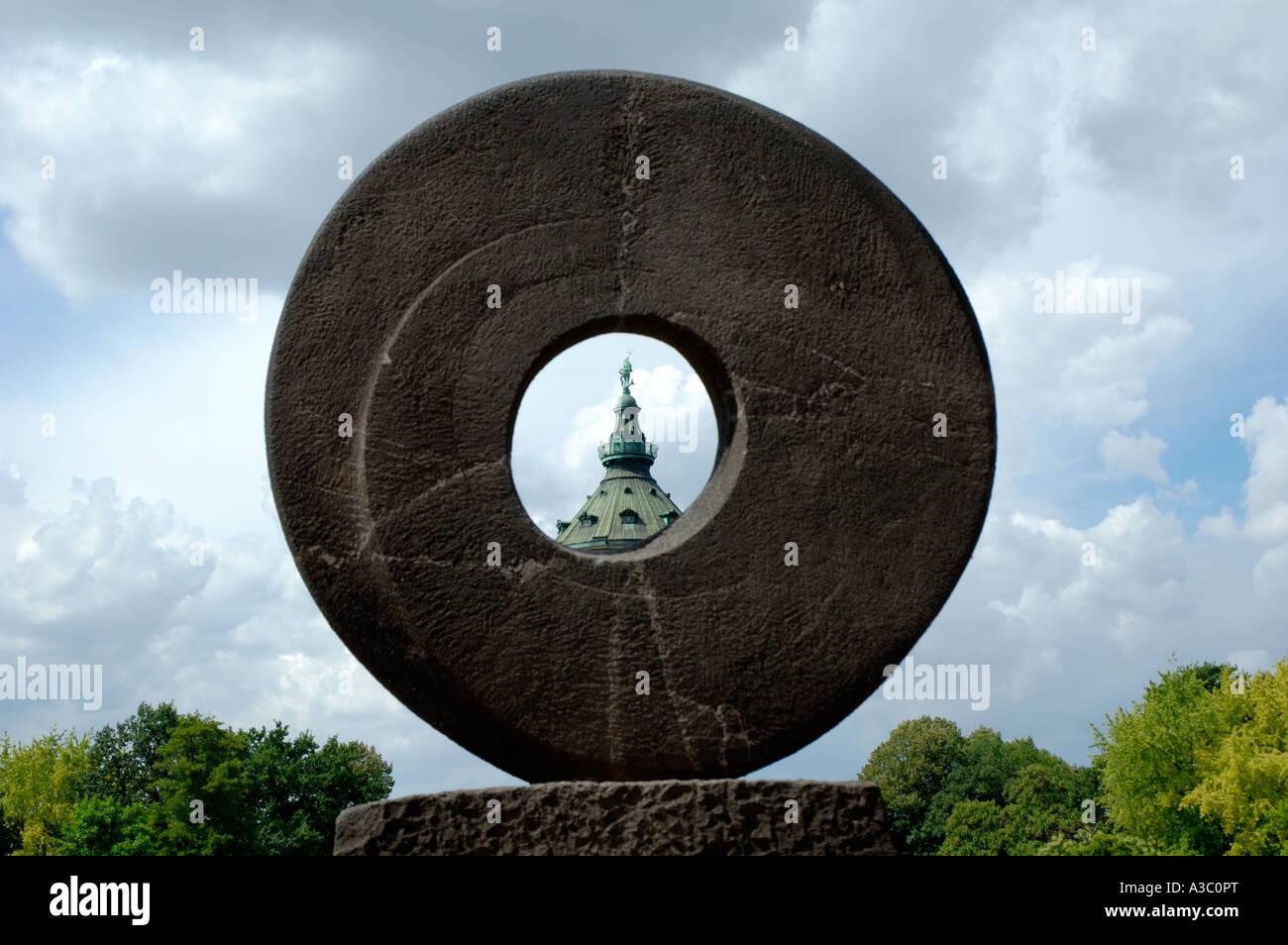 La torre dell'acqua simbolo di Mannheim come visto attraverso una scultura moderna Immagini Stock