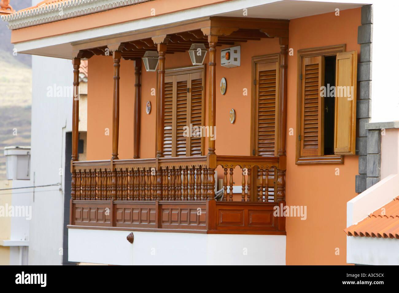 Balconi Piccolissimi : Tradizionale balcone in legno su un appartamento con vernice