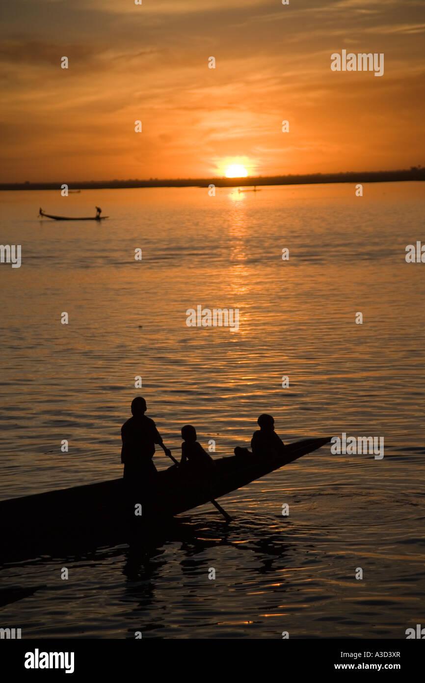 Ragazzi la pesca da una piroga canoa sul fiume Bani vicino alla città di Mopti, Mali, Africa occidentale Foto Stock