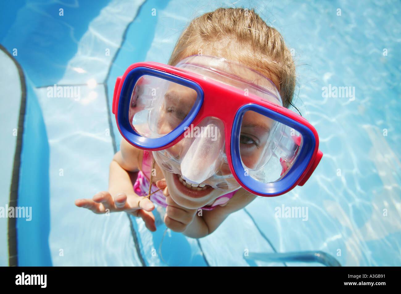 Un bambino con gli occhiali di protezione Foto Stock