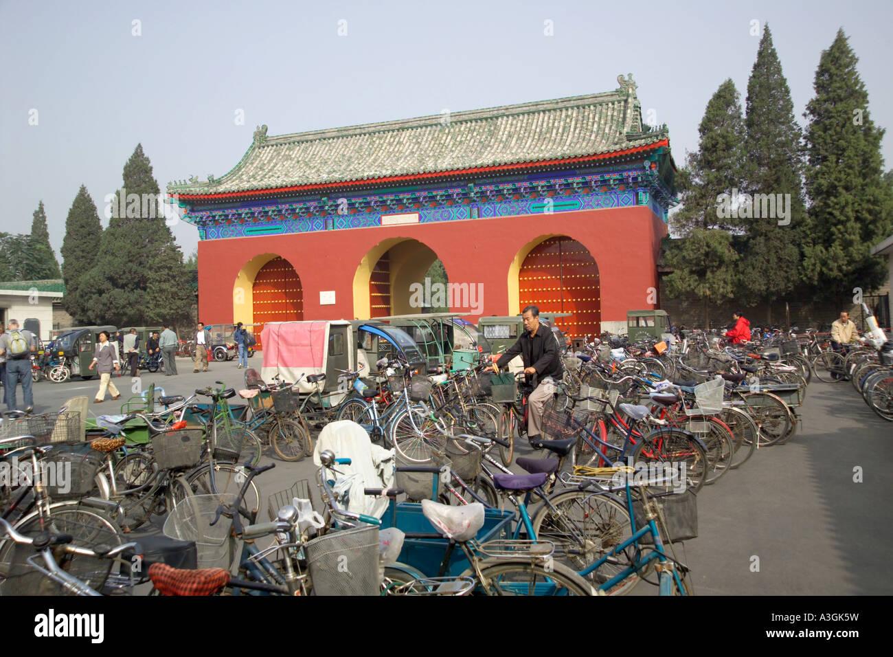 Parcheggio biciclette fuori dalle porte del Tempio del Paradiso Foto Stock